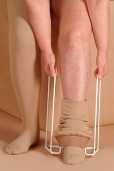 medi butler oblačenje nogavice